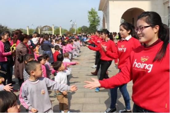幼儿运动会活动在老师有趣的舞